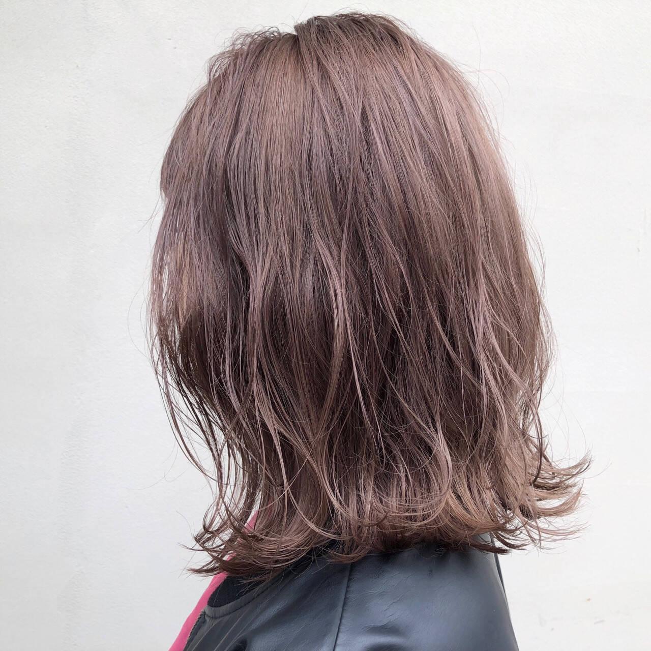 ミディアム 透明感 アッシュベージュ デートヘアスタイルや髪型の写真・画像