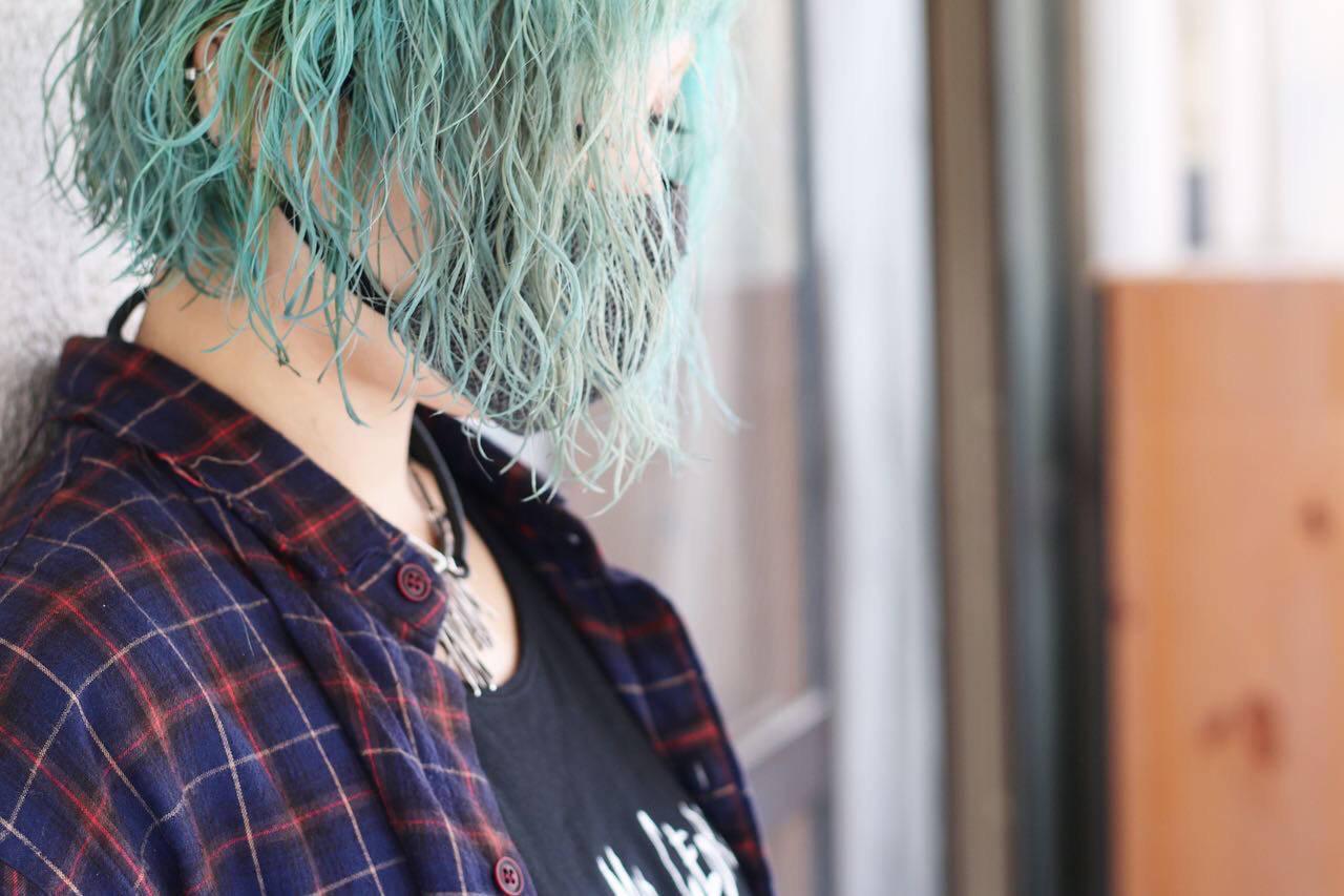ストリート グリーン エメラルドグリーンカラー 切りっぱなしボブヘアスタイルや髪型の写真・画像
