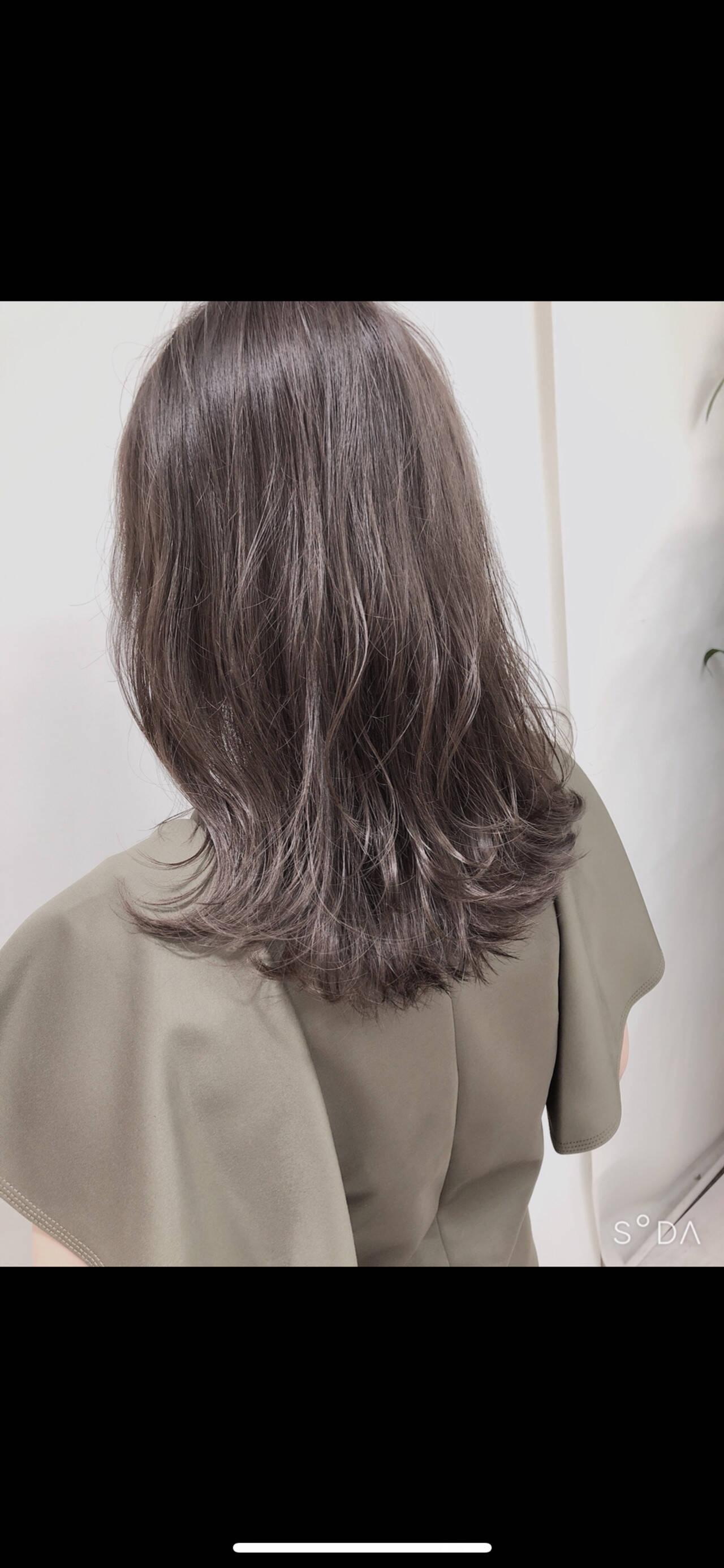 フェミニン シルバーアッシュ ミディアム グレージュヘアスタイルや髪型の写真・画像