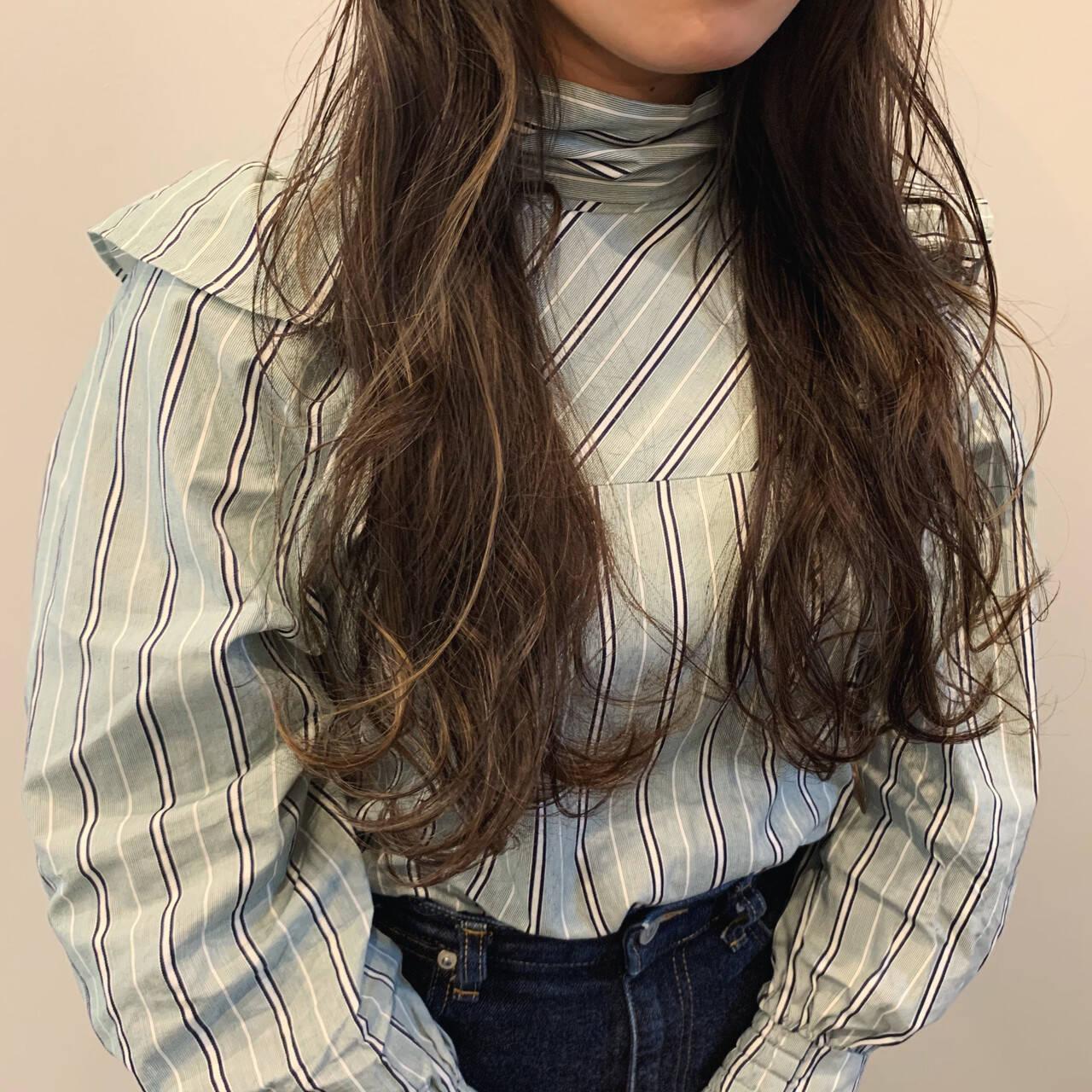 インナーカラー グレーアッシュ フェミニン ハイライトヘアスタイルや髪型の写真・画像