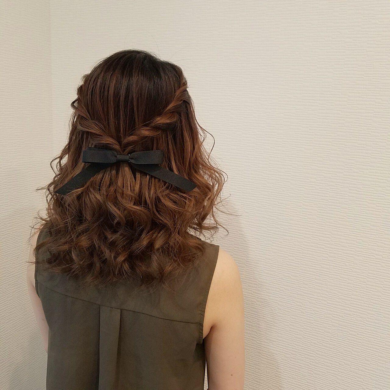 ハーフアップ ミディアム フェミニン ねじりヘアスタイルや髪型の写真・画像