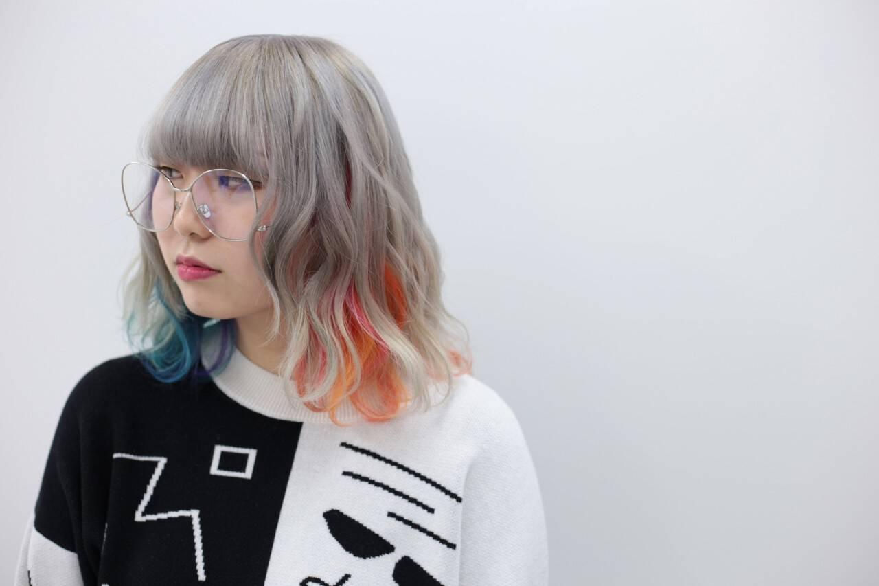 ミディアム ホワイトブリーチ ツートン ホワイトヘアスタイルや髪型の写真・画像