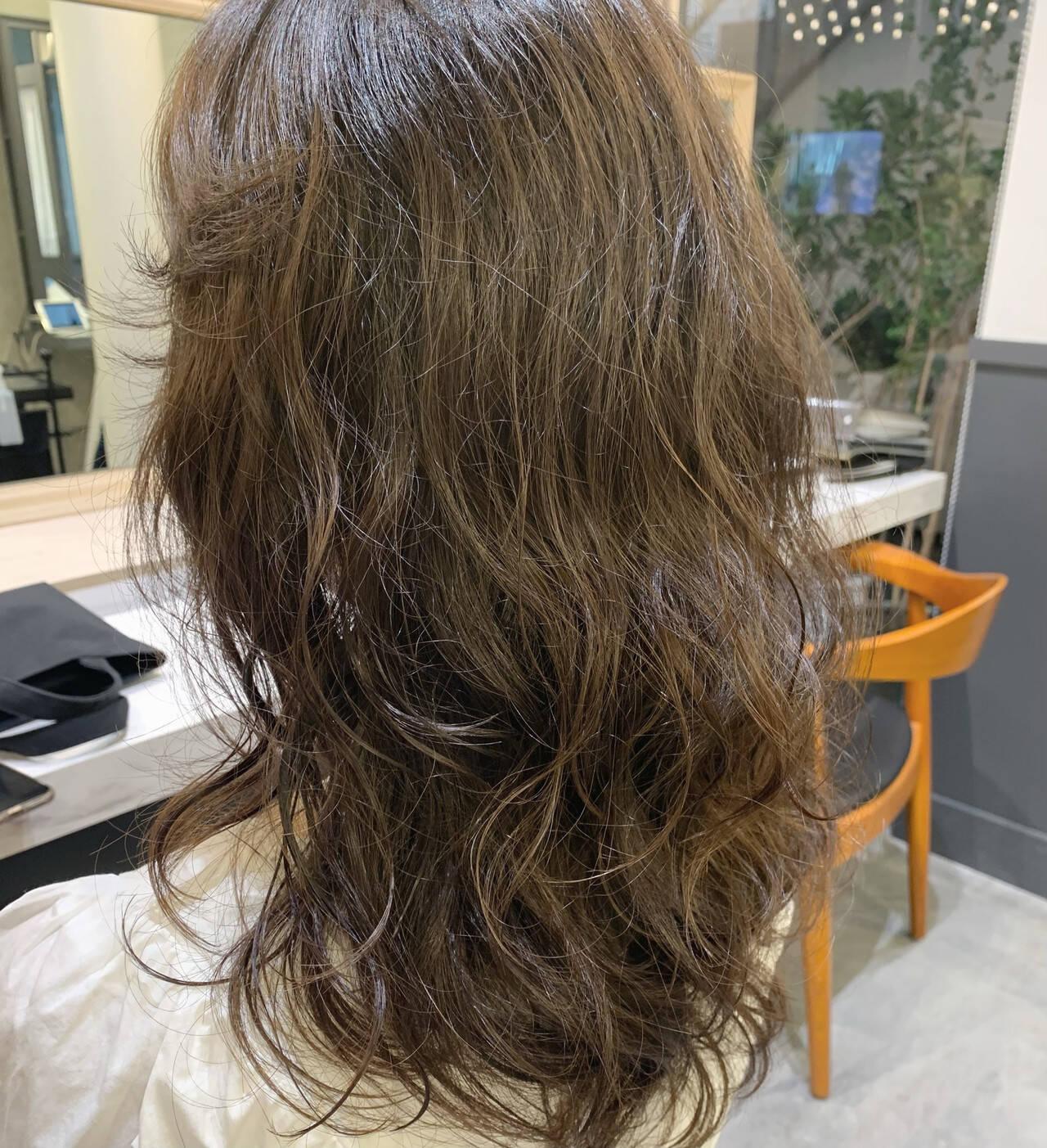 セミロング エアウェーブ パーマ ナチュラルヘアスタイルや髪型の写真・画像