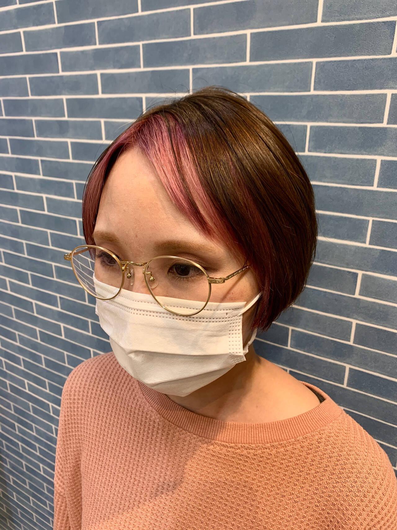 ショートボブ ショート センター分け デザインカラーヘアスタイルや髪型の写真・画像