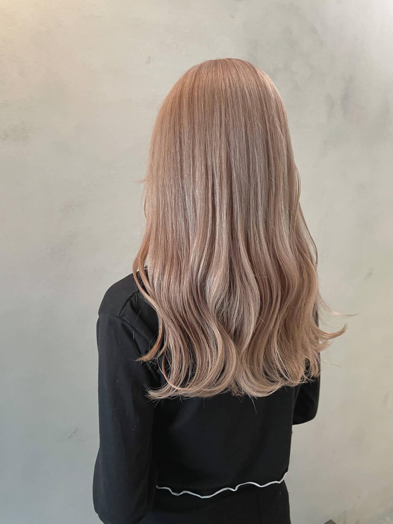 ホワイトベージュ ハイトーン ダブルカラー エレガントヘアスタイルや髪型の写真・画像