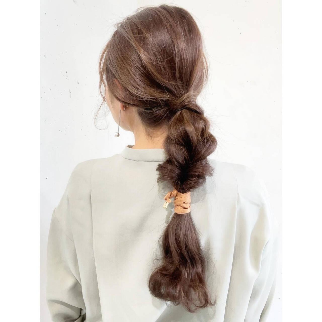 ポニーテールアレンジ セルフヘアアレンジ 簡単ヘアアレンジ ロングヘアスタイルや髪型の写真・画像