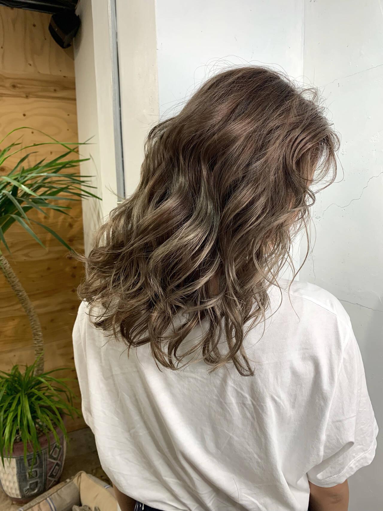 アッシュ バレイヤージュ エレガント セミロングヘアスタイルや髪型の写真・画像