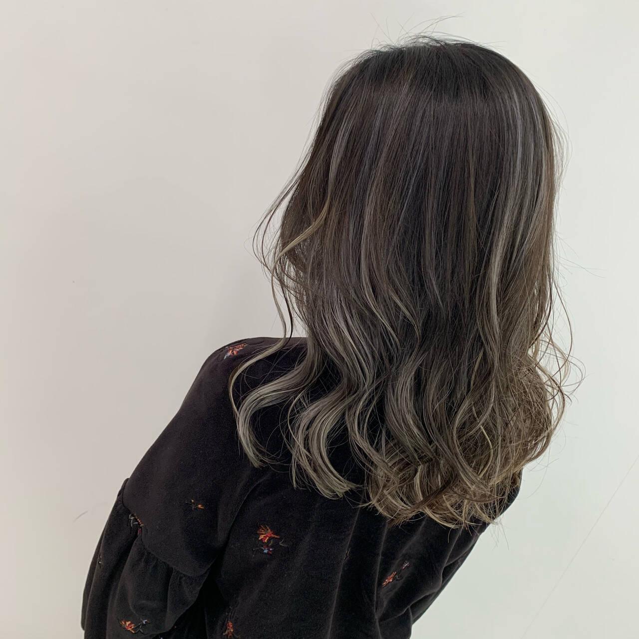 グレージュ ブリーチ ストリート コントラストハイライトヘアスタイルや髪型の写真・画像