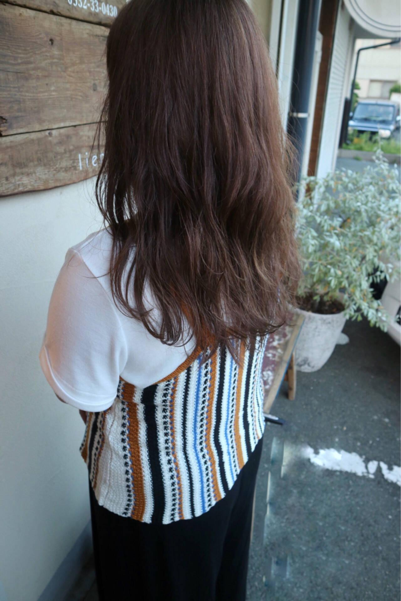 リラックス アンニュイ ハイトーン ロングヘアスタイルや髪型の写真・画像