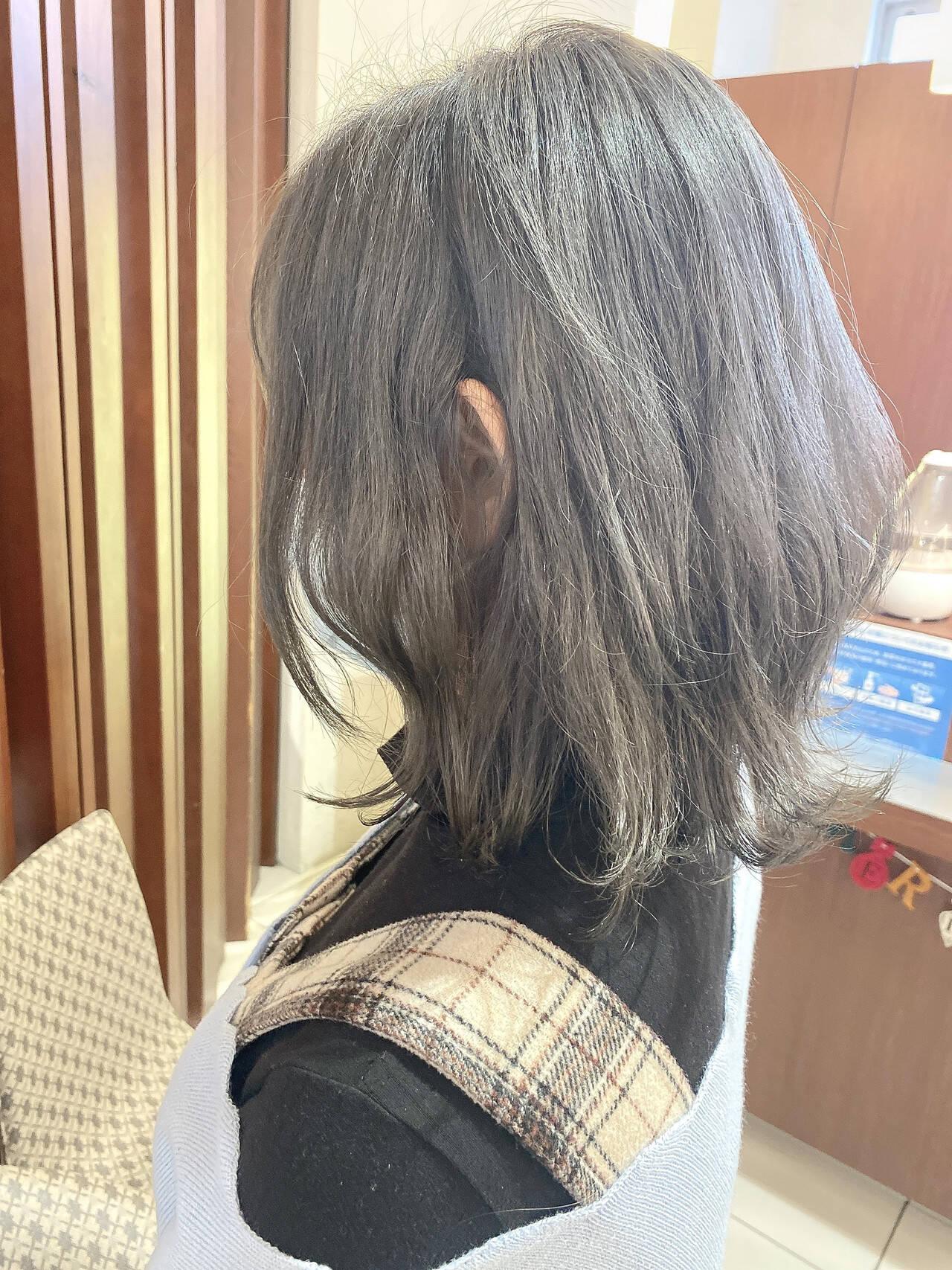 ミディアム アッシュグレー シルバーアッシュ ナチュラルヘアスタイルや髪型の写真・画像