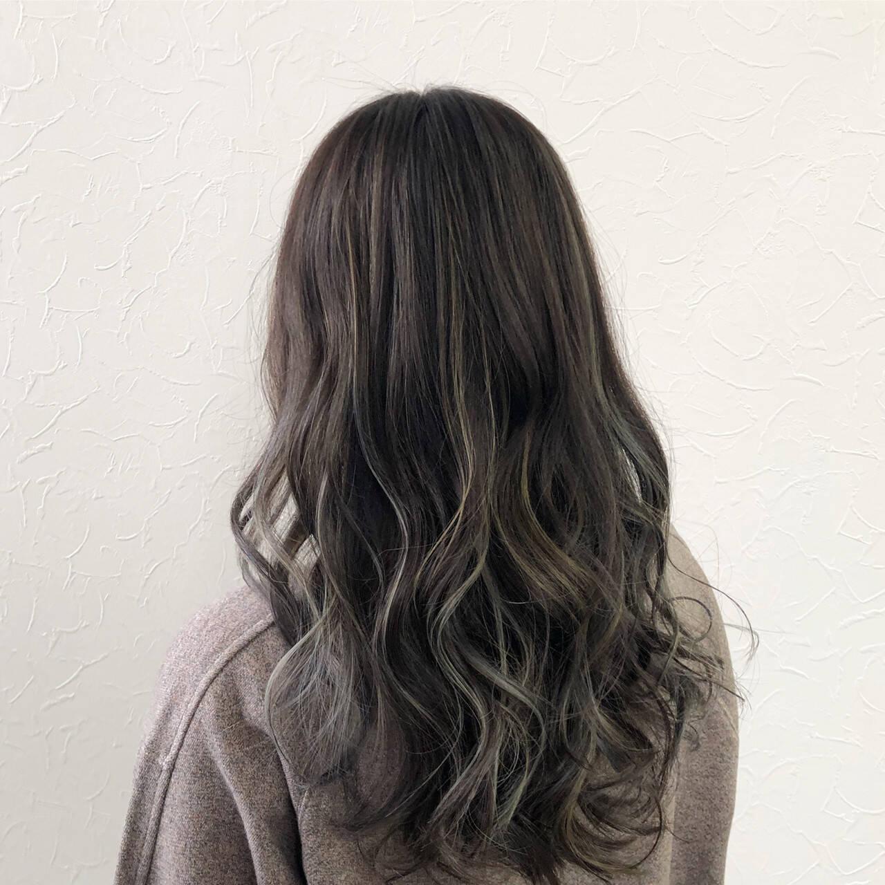 暗色カラー ハイライト グレージュ ナチュラルヘアスタイルや髪型の写真・画像
