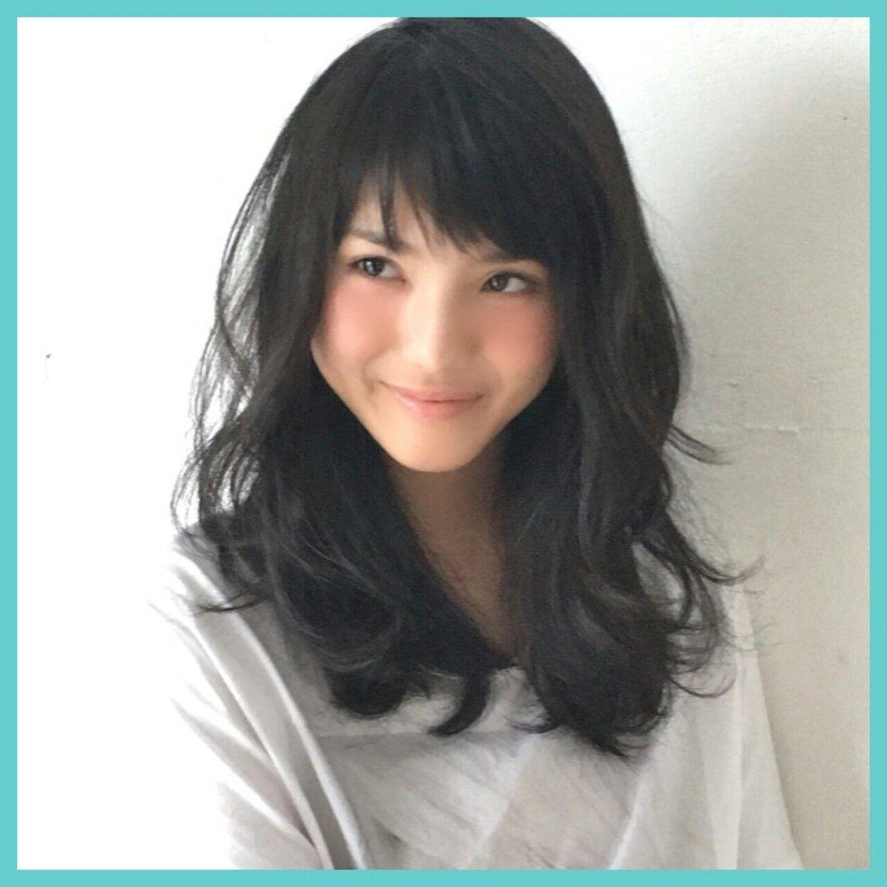前髪あり 大人かわいい 暗髪 セミロングヘアスタイルや髪型の写真・画像